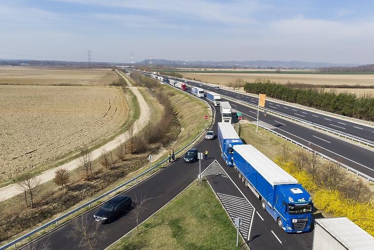 Szlovénia felől érkező kamionok a magyar-szlovén határ közelében, az M70-es autópálya csörnyeföldi pihenőhelyénél 2020. március 17-én. Fotó: MTI/Varga György