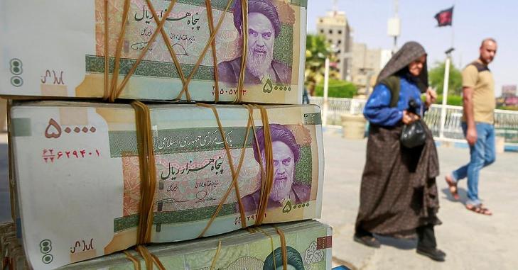 Szabadesésben az iráni riál. (Fotó: Reuters)