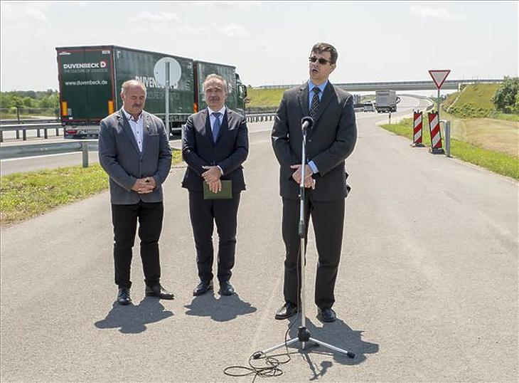 Tóth Péter, az ITM helyettes államtitkára adja át a kibővített M15-öst (Fotó: MTI/Krizsán Csaba)