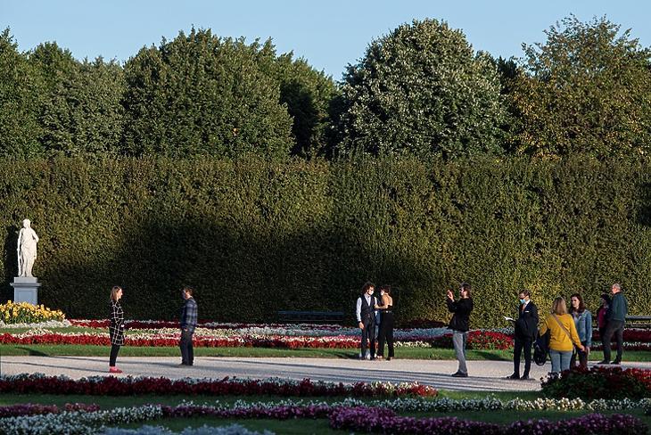 Emberek várnak egy komolyzenei koncert kezdetére a Schönbrunn Palota kertjében Bécsben 2020. szeptember 18-án. EPA/CHRISTIAN BRUNA