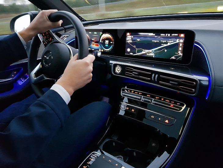 Szaporodnak a sofőr nélküli autók San Francisco utcáin, jó hírek a Daimlertől