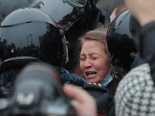 Megteltek a moszkvai rendőrörsök Navalnij-tüntetőkkel