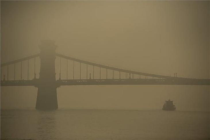 A Lánchíd ködös időben Budapesten 2019. december 16-án. MTI/Balogh Zoltán