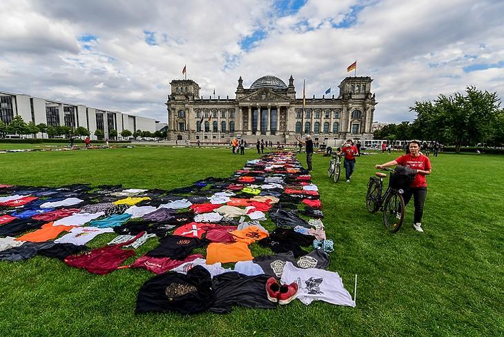Kiterített pólókkal tüntettek a kulturális rendezvényszervezők a korlátozások ellen és az állami kompenzáció érdekében a német parlamentnél Berlinben 2020. szeptember 9-én. EPA/FILIP SINGER