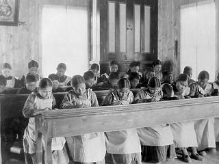 Több mint 160 újabb jelöletlen sírt találtak Kanadában egy bentlakásos iskolánál
