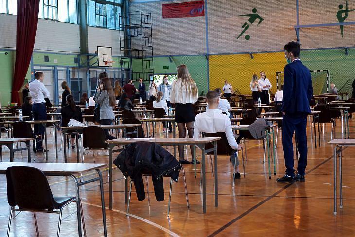 Diákok érettségi vizsgájuk előtt egy szczecini iskolában 2020. június 8-án. EPA/Marcin Bielecki