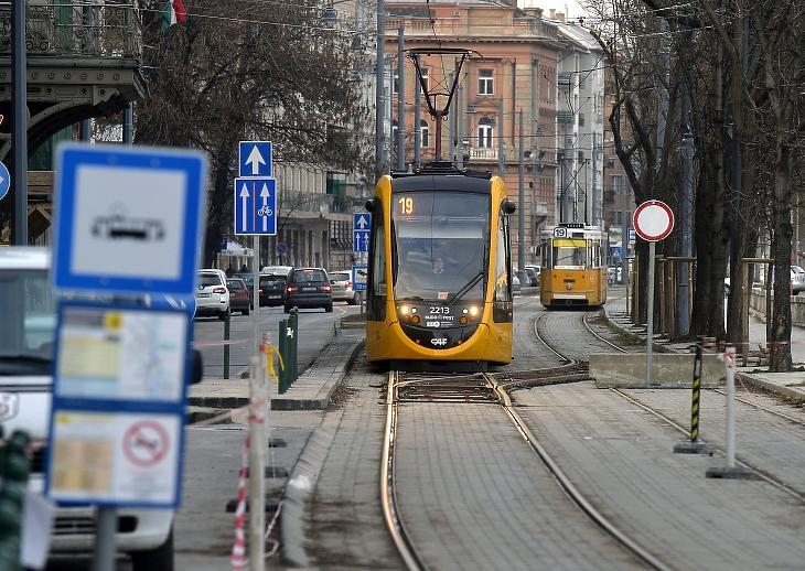 Eldőlni látszik: elviszik a budai fonódó villamost a BudaPartig