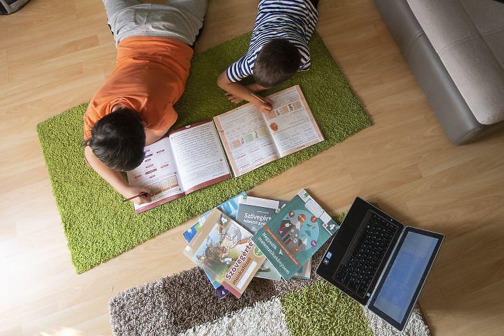Egy negyedikes és egy elsős diák tanul otthonukban 2020. március 18-án. Fotó: MTI/Illyés Tibor
