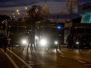 Ütések hallatszódnak a rendőrbuszokból – durvul a helyzet Fehéroroszországban