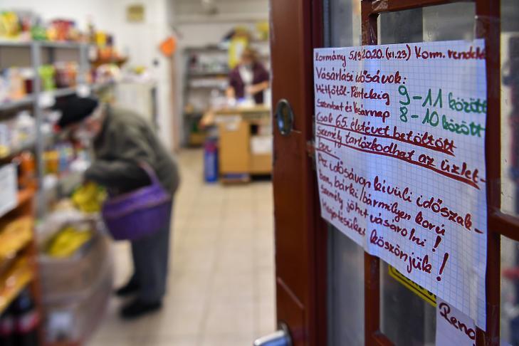 Vásárlási idősávról tájékoztató felirat egy élelmiszerüzlet ajtaján (Fotó: MTI/Czeglédi Zsolt)