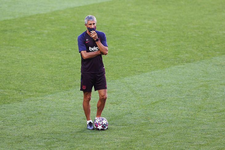 Quique Setien, az FC Barcelona vezetőedzője védőmaszkban csapata tréningjén Lisszabonban, a BL-finálék helyszínén 2020. augusztus 13-án. EPA/Rafael Marchante