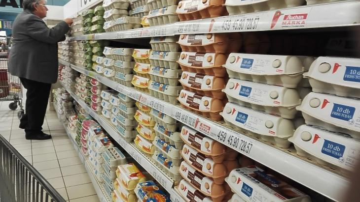 Páros lábbal szállnak az áruházak a tojástermelésbe a gazdák szerint