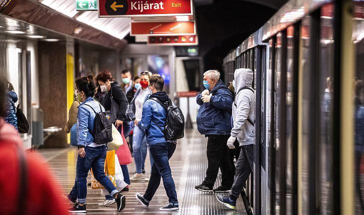 Védőmaszkot viselő utasok szállnak le a metróról a Széll Kálmán téri állomáson Budapesten 2020. április 27-én. MTI/Szigetváry Zsolt