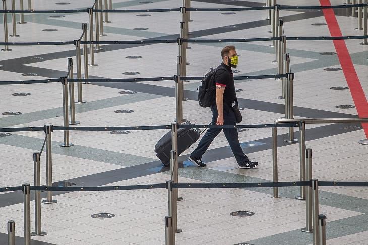 Magányos utas a járvány idején a repülőtéren (Fotó: MTI/Balogh Zoltán)