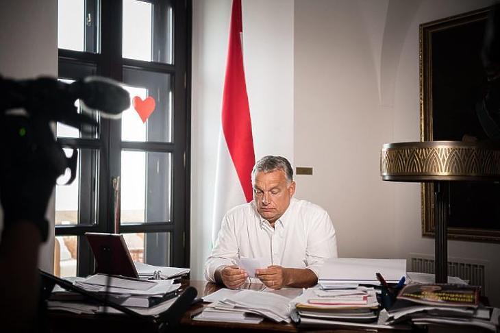 Orbán Viktor mai bejelentése előtt. (Forrás: Facebook)