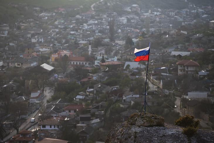 Orosz zászló lobog egy hegy tetején, az Ukrajnához tartozó Krím félszigeten fekvő Bahcsiszaraj közelében 2014. március 28-án. (Fotó: MTI/AP/Pavel Golovkin)