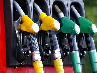 Becsúszik 400 forint alá a benzin ára
