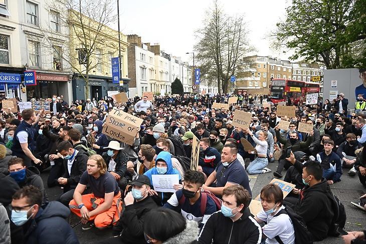 Semmik vagytok nélkülünk - üzenték a Chelsea-szurkolók a londoni klub tulajdonosainak a Szuperliga elleni tüntetésen a klub székháza előtt 2020. április 20-án. EPA/NEIL HALL