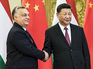 A nap képe: ilyen furcsán már régen fogtak kezet Orbán Viktorral