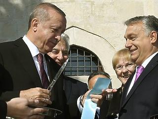 A nap képe: hatalmasat ollózott Orbán és Erdogan
