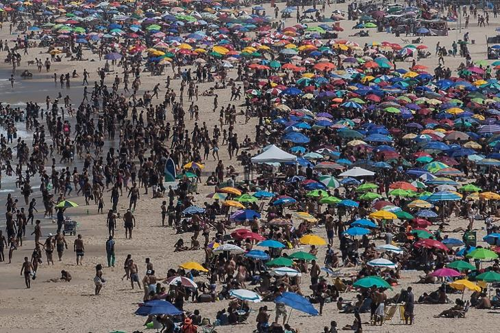 A vírus ellenére is tömve volt emberekkel az Ipanema strand Rio de Janeiróban 2020. szeptember 13-án.  EPA/Antonio Lacerda