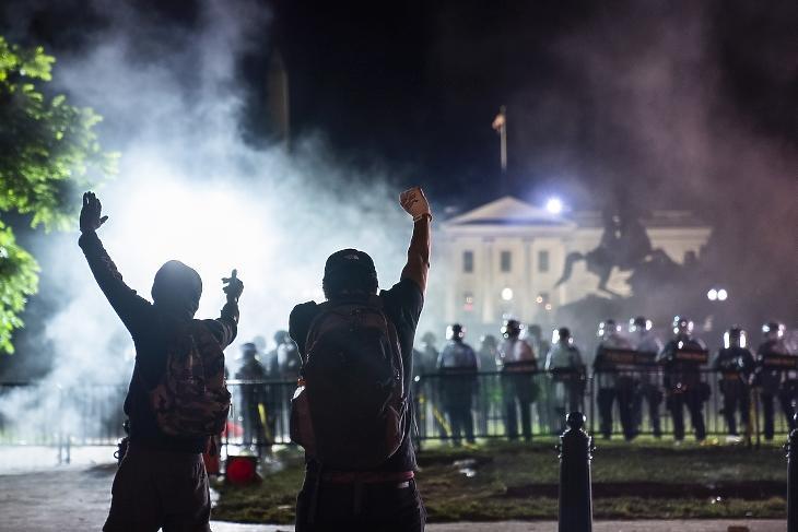 Tüntetők állnak szemben a Fehér Házat védő rendőrökkel 2020. május 31-én. Az afroamerikai George Floydot rendőri intézkedés közben ölték meg, az esetet bemutató videó körbejárta a világot, és Amerika-szerte tüntetéseket, zavargásokat váltott ki. Fotó: EPA / Jim Lo Scalzo.