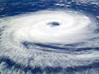 Hatalmas vihar közelít - egymillió embert evakuáltak