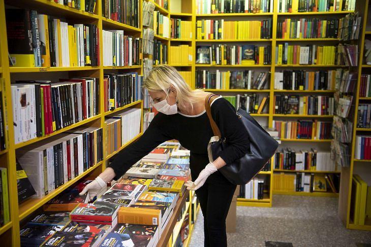 Visszatér az élet? Könyvesbolt Rómában 2020. április 20-án. EPA/MAURIZIO BRAMBATTI
