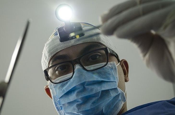 A kormány ígérete szerint a fogorvosok és háziorvosok bérét is rendezik. Fotó: Pixabay