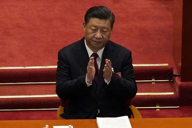 Hszi Csin-ping kínai elnök tapsol a kínai parlament, az Országos Népi Gyűlés éves ülésszakának megnyitóján a pekingi Nagy Népi Csarnok üléstermében 2021. március 5-én. Illusztráció. (Fotó: MTI/AP/Andy Wong)