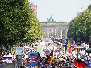 Roham a Reichstag ellen, leköpték a minisztert – nő a feszültség Németországban