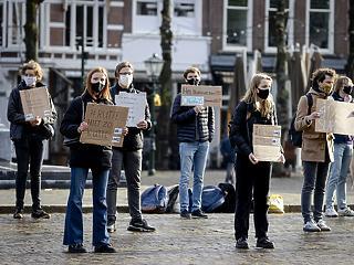 Nem bírják már a korlátozást: itt a harmadik hullám, mégis enyhítenek a hollandok