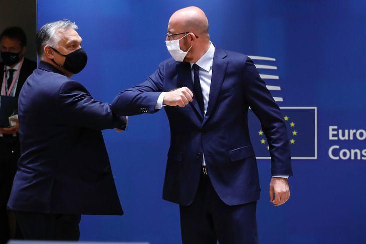 Orbán Viktor és Charles Michel könyökpuszija a brüsszeli EU-csúcs előtt 2020. július 17-én. (Fotó: Európai Tanács)
