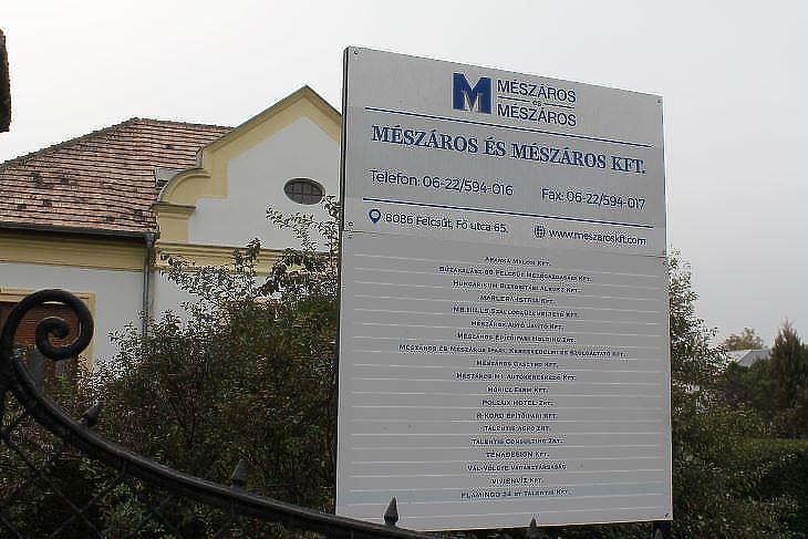 A Mészáros cégbirodalom egy részét Felcsút fő utcáján is hirdetik  (fotó: Mester Nándor)