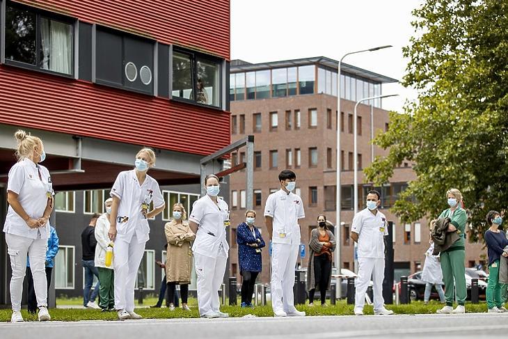 Az amszterdami UMC kórház dolgozói tüntetnek a jelenleginél magasabb bérekért és a túlterheltség ellen 2020. szeptember 8-án. EPA/Koen van Weel