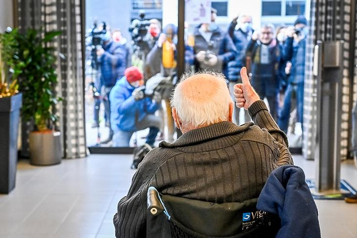 A 96 éves Jos Hermans pózol a fotósoknak egy flamand idősotthonban, mielőtt megkapja az oltást.  Puurs-Sint-Amands, Belgium, 2020.  december 28. EPA/DIRK WAEM / POOL