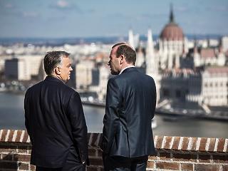 A nap képe: lazán trécsel Orbán és Weber