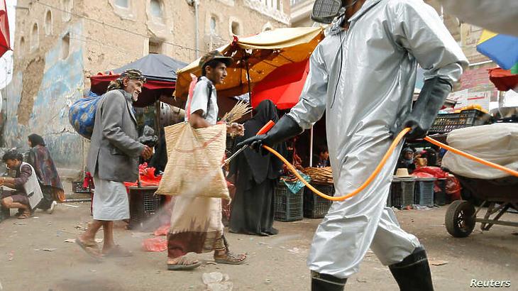 Egészségügyi dolgozó fertőtlenít Jemenben, Szanaa egyik piacán, 2020. április 28-án. (Fotó: Reuters)
