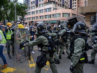 Eldurvultak a hongkongi tüntetések – egy tüntetőt meglőttek