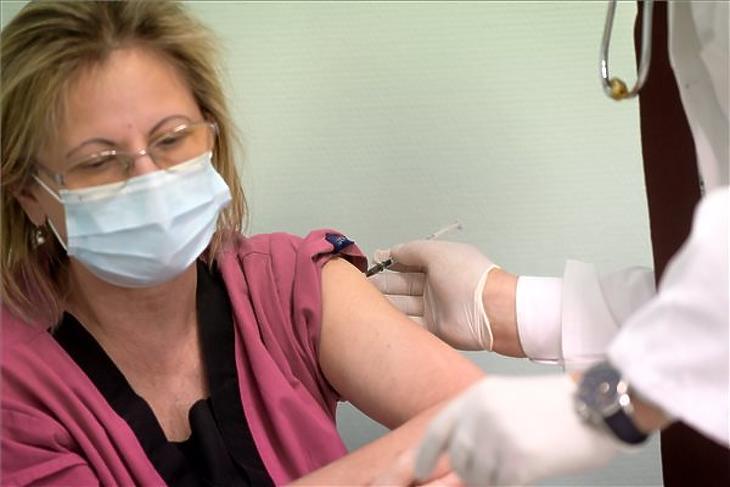 A Dél-pesti Centrumkórház főorvosa kapta az első védőoltást. Fotó: MTI