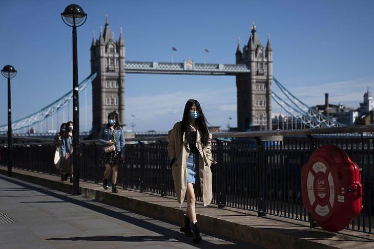 Járókelők a Tower Bridge-nél Londonban 2020. május ötödikén. EPA/WILL OLIVER