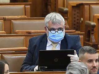 Elő a maszkokat: ma összeül az Országgyűlés