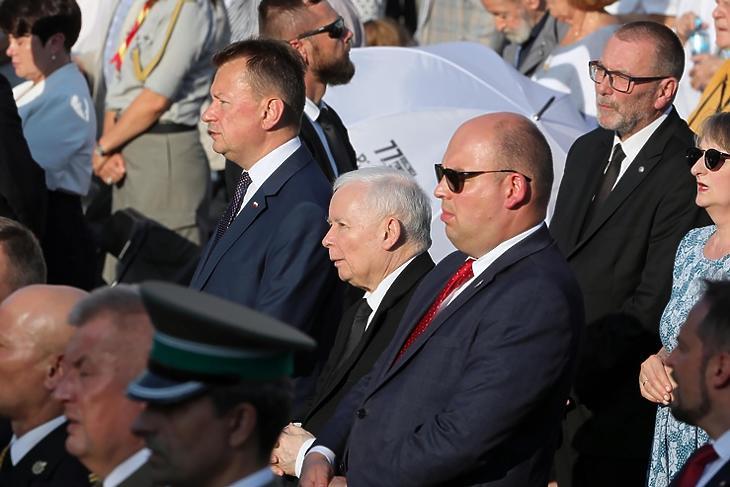 Jaroslaw Kaczynski (Középen. Korábbi felvétel.  EPA/Wojciech Olkusnik)
