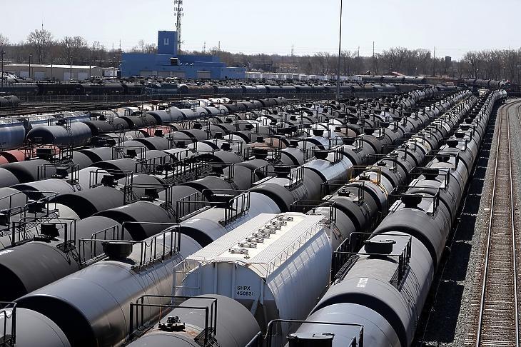 Olajszállító vasúti szerelvények állnak Chicagóban 2020. április 21-én. A koronavírus-járvány miatti gazdasági leállások jelentős mértékben csökkentették világszerte az olajfelhasználást, ami túltermelési válsághoz vezetett. MTI/AP/Charles Rex Arbogast
