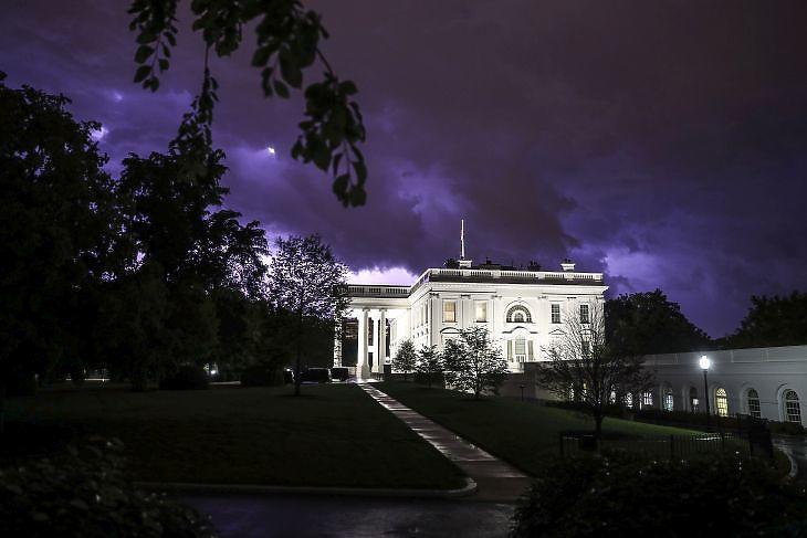 Villám és viharfelhők a Fehér Ház felett Washingtonban 2020. május 3-án. EPA/Oliver Contreras