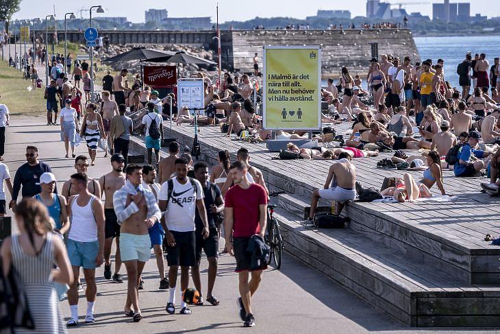 Járókelők és napfürdőzők Malmöben 2020. június 25-én. EPA/Johan Nilsson/TT