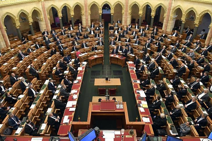Orbán Viktor (középen, a március 23-ai parlamenti felszólalásán) rendeletileg kormányozhat. Fotó: MTI