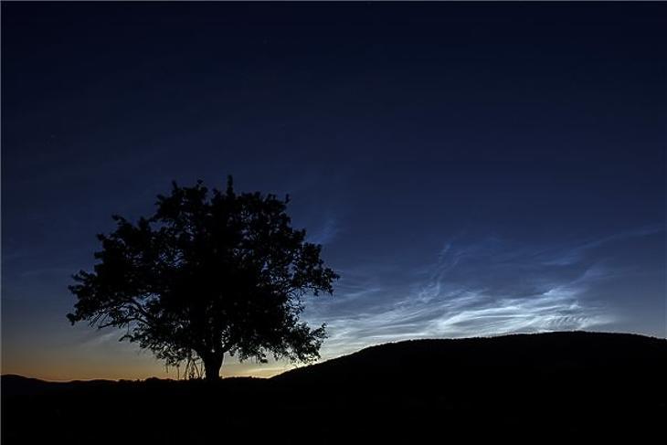 Lassan araszolva érkezik a hajnal. (Fotó: MTI)
