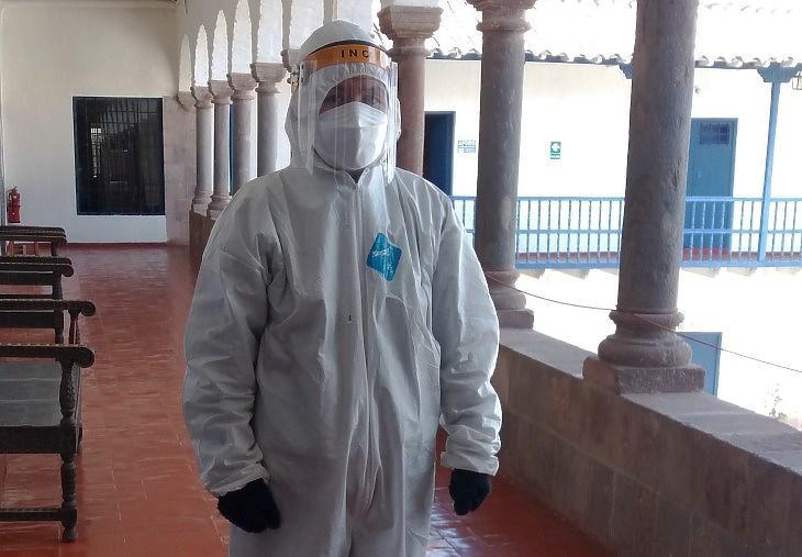 Nem vegyvédelmi katona – csak egy múzeumi teremőr dupla maszkkal, védőálarccal, védőruhával (Cusco, 2021 augusztus)