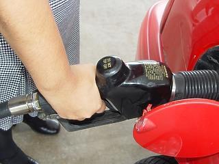 Még nincs vége: újból csökkennek az árak a benzinkutakon